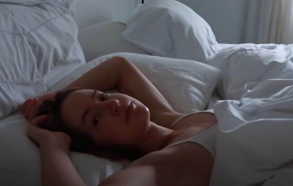 zena u krevetu