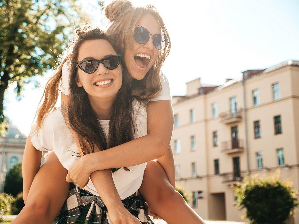 dve devojke nasmejane