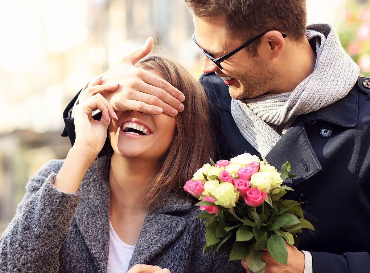 muskarac poklanja cvece devojci