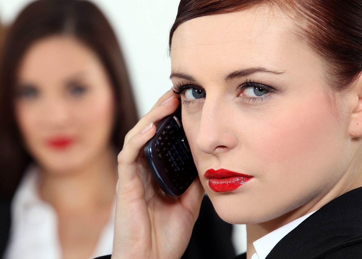 stroga zena mobilni telefon