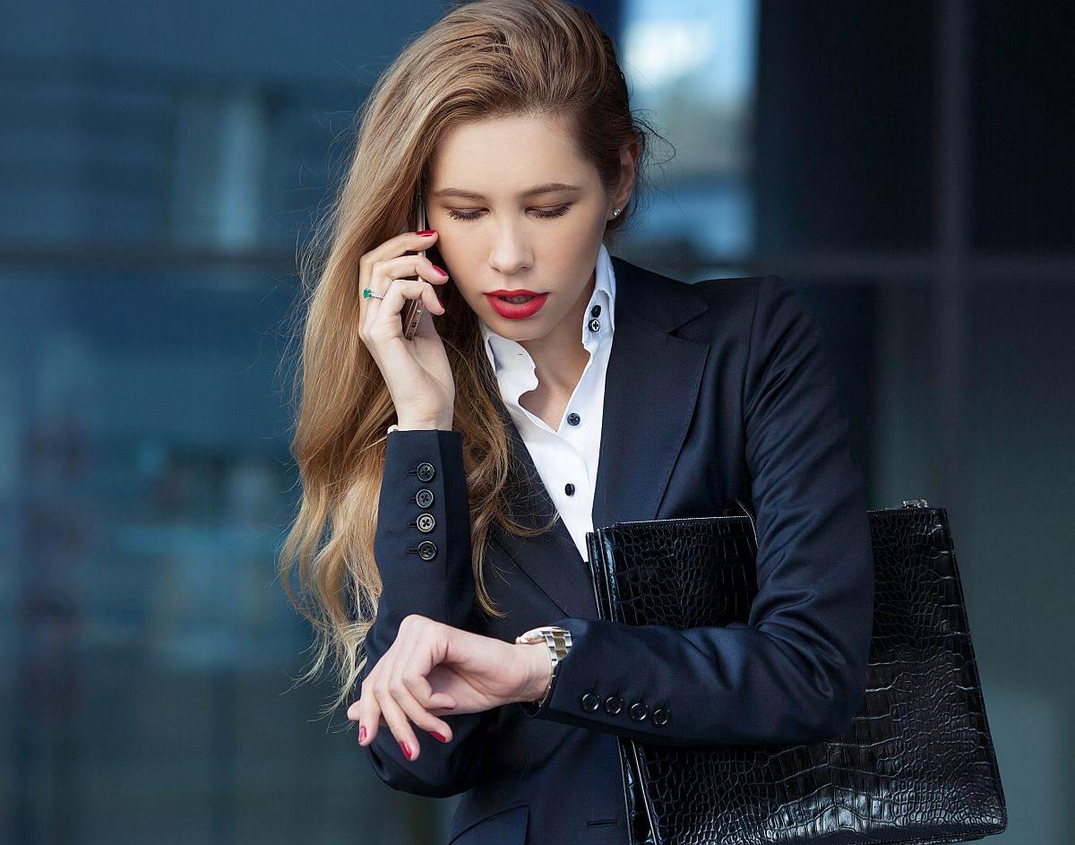 Žena gleda na sat