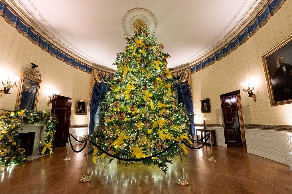 Bela kuća ukrašena za Novu godinu