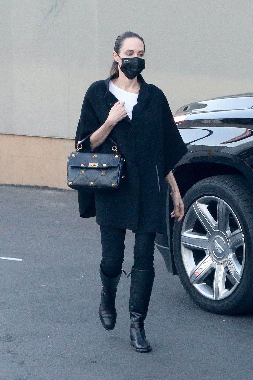 andjelina dzoli crne kozne cizme