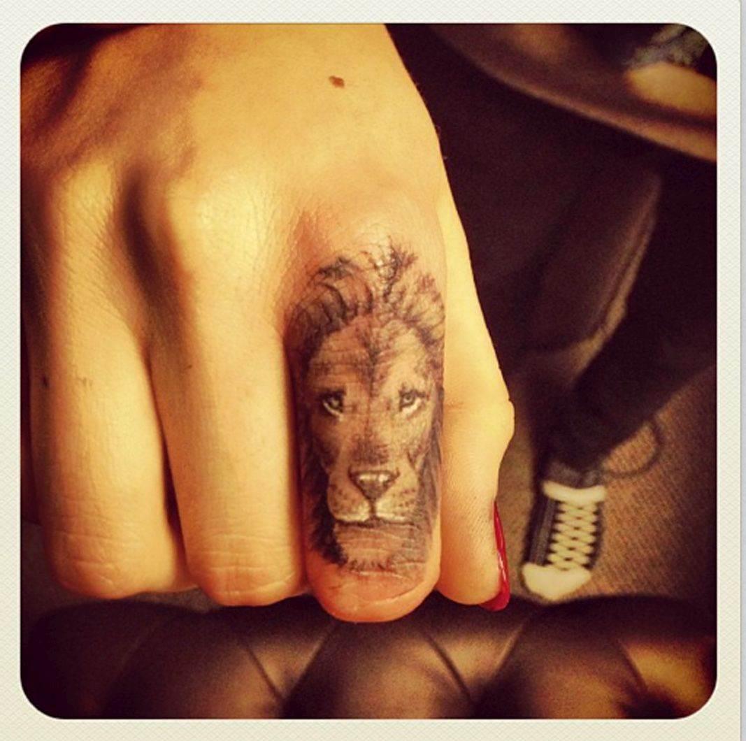 Kara Delevinj tetovaža lav