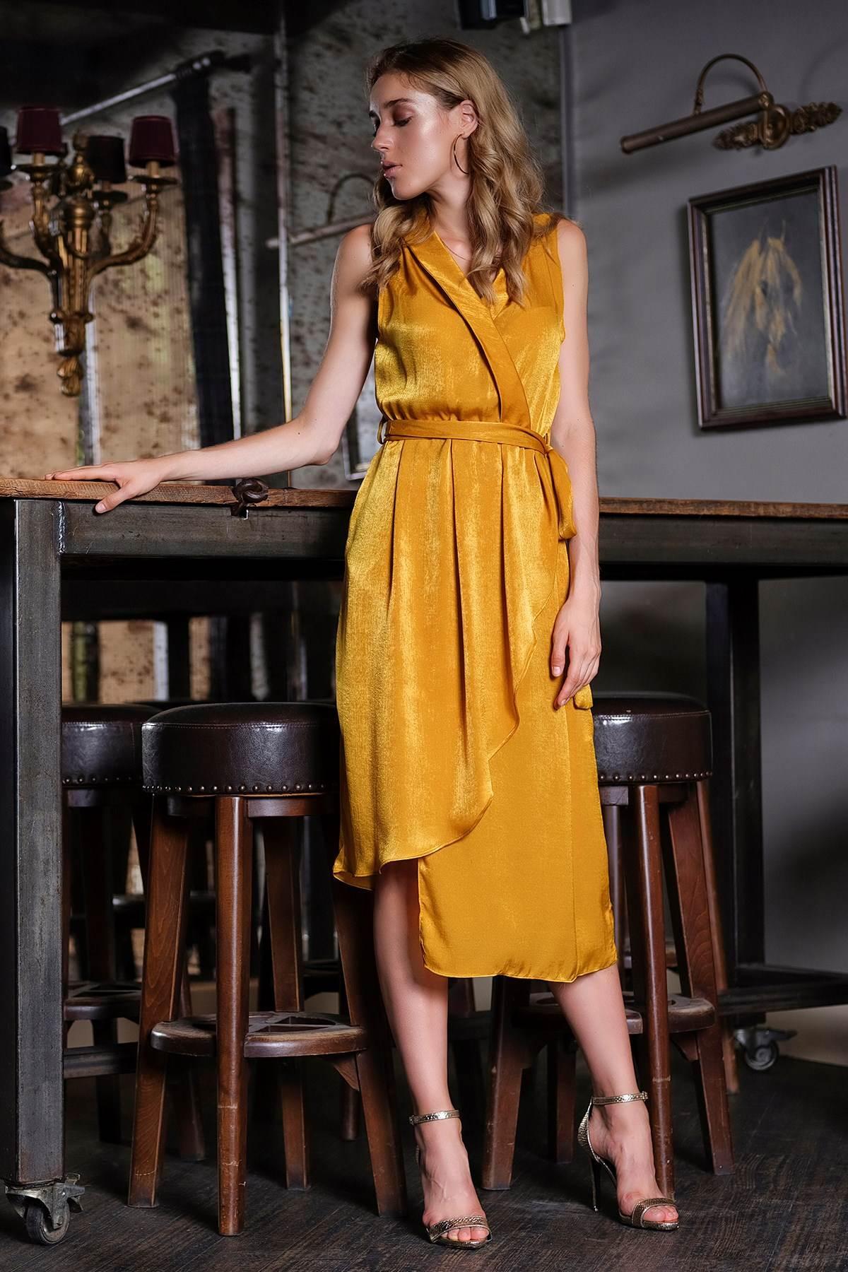 asimetrična haljina od žutog satena