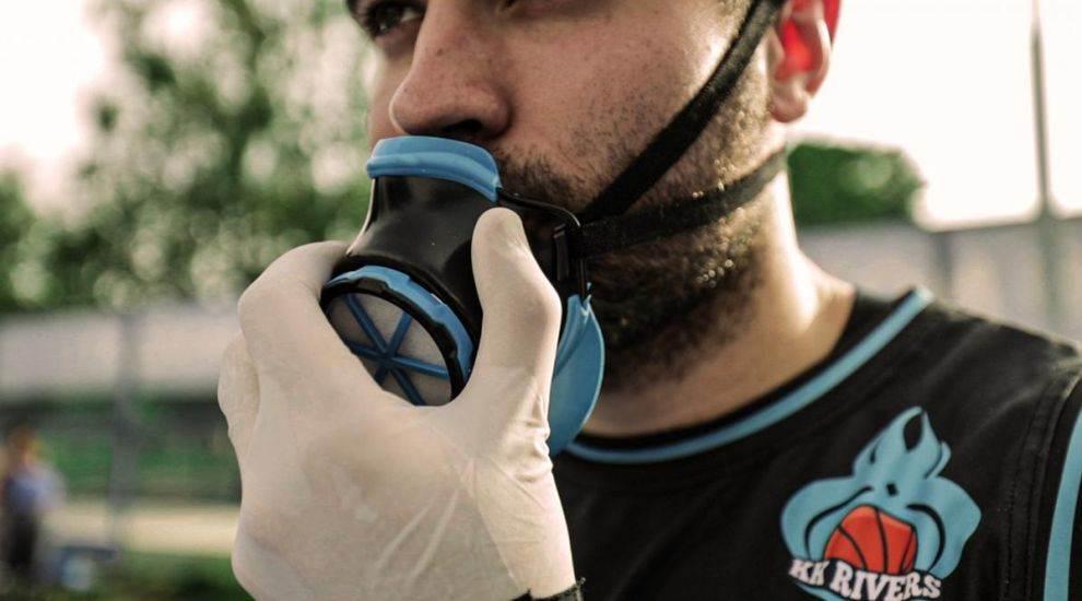 Čovek nosi masku