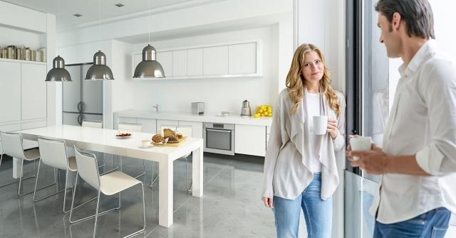zena i muskarac u kuhinji