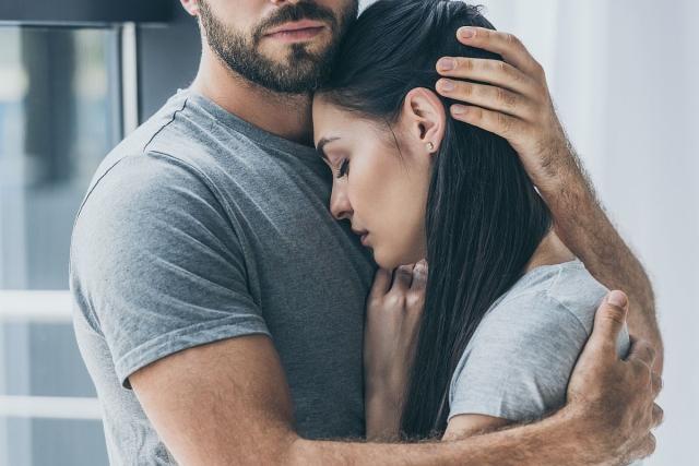 zagrljeni par